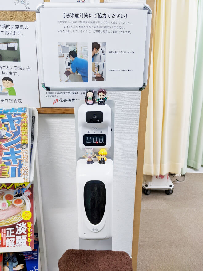 非接触型の検温器と消毒ディスポーザー