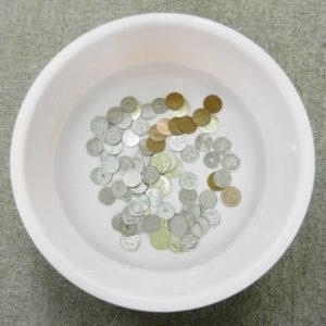 小銭を消毒液につける